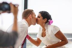 Schöne indische Braut und kaukasischer Bräutigam, nach Heiratsceremo Lizenzfreies Stockfoto