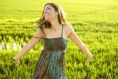 Schöne indische Frau auf den grünen Reisgebieten stockbild