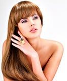 Schöne indische Frau mit dem lang geraden braunen Haar Stockfotos