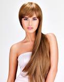 Schöne indische Frau mit dem lang geraden braunen Haar Lizenzfreies Stockbild
