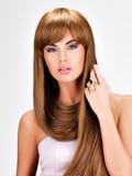 Schöne indische Frau mit dem lang geraden braunen Haar Stockbild