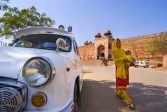Schöne indische Frau mit Schätzchen in Fatehpur Sikri Lizenzfreie Stockfotografie