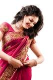 Schöne indische glückliche Frau in der rosafarbenen Sari Stockbilder