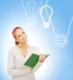 Schöne, intelligente und junge Frau mit einem Buch Lizenzfreie Stockfotos