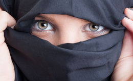 Schöne islamische Frauenaugen und -gesicht bedeckt durch burka Stockfoto
