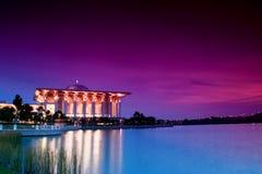 Schöne islamische Moschee neben einem See an der Dämmerung Lizenzfreies Stockbild