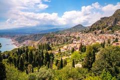 Schöne italienische Inselküstenlinie mit Klippenstränden stockfotografie