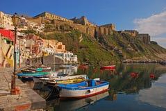 Schöne italienische Küstenansicht von Procida, Napoli mit vielen kleinen bunten hölzernen Booten angekoppelt Stockbilder