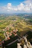 Schöne italienische Landschaft. Ansicht der San- Marinohügel. Verti Lizenzfreie Stockfotos
