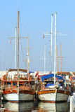 Schöne Jachthafenansicht, Segelboote im Hafen Stockbild