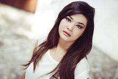 Schöne japanische Frau im städtischen Hintergrund Stockbilder