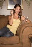 Schöne Jugenddame, die Musik hört. Lizenzfreie Stockfotos