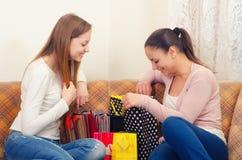 Schöne Jugendfreundinnen, die Spaß nach dem Einkauf haben Stockbild