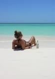Schöne Jugendliche, die auf dem Strand liegt Stockfotografie