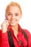 Schöne Jugendliche, die auf Handy spricht Stockbilder