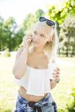 Schöne Jugendliche, die im Telefon spricht Stockbild