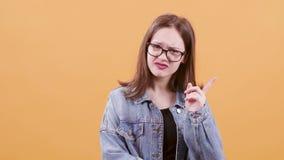 Schöne Jugendliche dissaproves und nagates etwas stock video footage