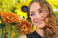Schönheitsmädchen mit Blumen Lizenzfreie Stockbilder