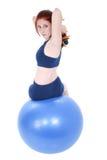 Schöne Jugendliche mit Handgewichten und Übungs-Kugel Stockfotografie