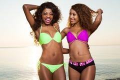 Schöne junge Afroamerikaner-Frau lizenzfreies stockbild