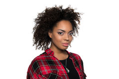 Schöne junge Afroamerikanerfrau, welche die Kamera lokalisiert auf Weiß betrachtet Stockbilder