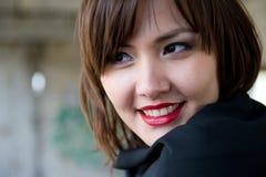 Schöne junge asiatische Frau mit den roten Lippen. Stockbild