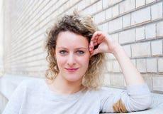 Schöne junge attraktive Frau lizenzfreie stockfotografie