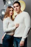 Schöne junge attraktive Paare, die einen Geburtstag oder einen Valentinsgruß ` s Tagesfeiertag feiern Stockfoto