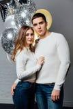 Schöne junge attraktive Paare, die einen Geburtstag oder einen Valentinsgruß ` s Tagesfeiertag feiern Lizenzfreies Stockbild