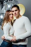 Schöne junge attraktive Paare, die einen Geburtstag oder einen Valentinsgruß ` s Tagesfeiertag feiern Stockfotografie