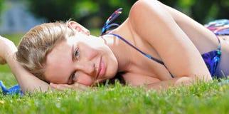 Schöne junge ausbreitende Frau - Sommer Lizenzfreie Stockbilder