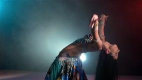 Schöne junge Bauchtänzerin beginnt das Tanzen, langsam stock video