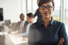 Schöne junge Berufsfrau im Büro Stockfotos