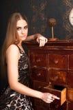 Schöne junge blonde behaarte Frau öffnet Fach Lizenzfreies Stockfoto