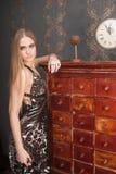 Schöne junge blonde behaarte Frau öffnet Fach Lizenzfreie Stockfotos