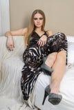 Schöne junge blonde behaarte Frau auf Sofa Stockfotos