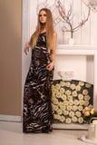 Schöne junge blonde behaarte Frau zuhause Lizenzfreie Stockbilder