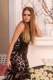 Schöne junge blonde behaarte Frau zuhause Stockbilder