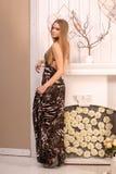 Schöne junge blonde behaarte Frau zuhause Lizenzfreies Stockfoto