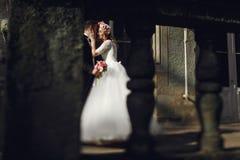 Schöne junge blonde Braut im weißen Kleid mit hübschem Bräutigam Stockbild