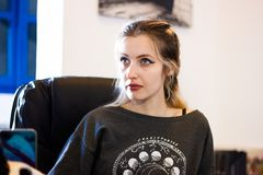 Schöne junge blonde Dame im Büro lizenzfreie stockbilder