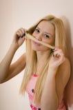 Schöne junge blonde Dame zu Hause, die Spaß habend sich entspannt Lizenzfreies Stockbild