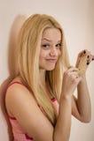 Schöne junge blonde Dame zu Hause, die Spaß habend sich entspannt Stockbilder