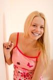 Schöne junge blonde Dame zu Hause, die Spaß habend sich entspannt Lizenzfreie Stockfotografie