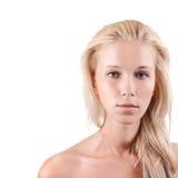 Schöne junge blonde Frau über Weiß Stockfotografie