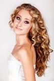 Schöne junge blonde Frau. Stockbild