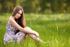 Schöne junge blonde Frau auf der Wiese Stockfotos