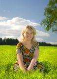 Schöne junge blonde Frau auf einem Gebiet Stockbilder