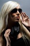 Schöne junge blonde Frau auf einem grauen Hintergrund Stockfotos