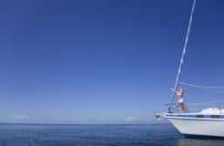 Schöne junge blonde Frau auf einem Segel-Boot Stockfotos